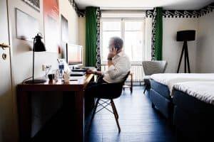 NRC: De lege hotelkamer is nu een thuiskantoor