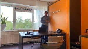 Verslaggever Maurice Laparliere op zijn thuiswerkplek voor een dag